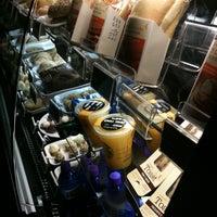 7/14/2012 tarihinde Luisa C.ziyaretçi tarafından Starbucks'de çekilen fotoğraf