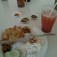 Photo taken at Rumah Makan & Mie Baso SR by Bena R. on 5/2/2012