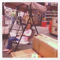 Das Foto wurde bei B&Q Warehouse von Shannon D. am 3/28/2012 aufgenommen