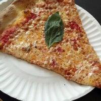 Das Foto wurde bei Best Pizza von Alan V. am 8/14/2012 aufgenommen