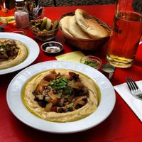 5/8/2012 tarihinde Donald B.ziyaretçi tarafından Zula Hummus Café'de çekilen fotoğraf