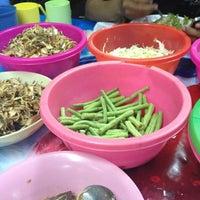 Photo taken at ขนมจีน@ตลาดแม่กิมเฮง by หนูชื่อปลวก ค. on 4/15/2012