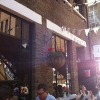 7/25/2012 tarihinde Ian M.ziyaretçi tarafından J+A Café'de çekilen fotoğraf