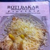 Photo taken at Internet & roti bakar pancoran by Ade W. on 4/2/2012