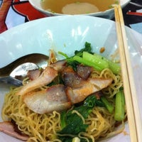 Photo taken at บะหมี่เกี้ยวกุ้งตัวโต by Passa V. on 9/12/2012