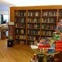 รูปภาพถ่ายที่ Greenlight Bookstore โดย Michael S. เมื่อ 5/21/2012