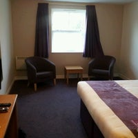 Photo prise au Premier Inn Epsom Central par Nick B. le8/20/2012