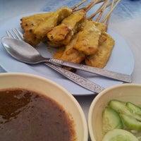 Photo taken at ก๋วยเตี๋ยวไก่ป้านาค by Peprae K. on 8/13/2012