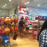 รูปภาพถ่ายที่ Nintendo NY โดย Melissa B. เมื่อ 7/13/2012