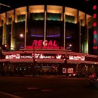 รูปภาพถ่ายที่ Regal Cinemas LA LIVE Stadium 14 โดย Victor M. เมื่อ 3/25/2012