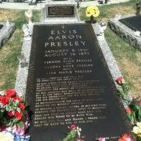 4/19/2012에 Jennifer W.님이 Elvis's Grave에서 찍은 사진