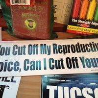 Foto tomada en Revolutionary Grounds Coffee & Bookstore por Gary M. el 3/23/2012