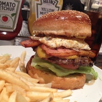 Foto scattata a Whoopi Gold Burger da けー け. il 2/10/2012