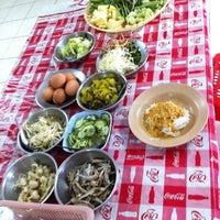 รูปภาพถ่ายที่ ร้าน ขนมจีน ป้ามัย ( เจ้าเก่า ) โดย Nikki C. เมื่อ 5/18/2012