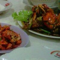 Photo taken at Resto Seafood Aneka Sari by Oki K. on 3/18/2012