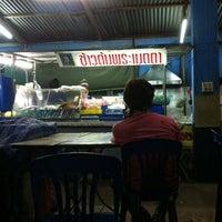 Photo taken at ข้าวต้มเหล็ง by Maymanee on 8/2/2012