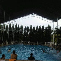 Photo taken at สระว่ายน้ำคณะแพทยศาสตร์ by khunnu f. on 4/29/2012
