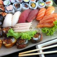 Foto tirada no(a) Yukusue Sushi por Alessandro F. em 3/26/2012