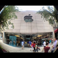 Photo taken at Apple North Michigan Avenue by Edgard G. on 7/19/2012