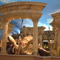Foto tirada no(a) Trevi Fountain por Nicole U. em 6/18/2012