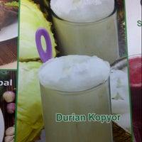 Photo taken at Ice juice & Ayam panggang Kedungsari by Chin Chin on 7/26/2012