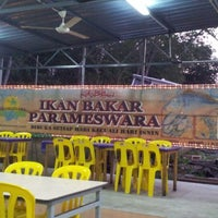 Photo taken at Medan Ikan Bakar Umbai-Pernu by anwar h. on 8/3/2012