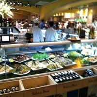 Foto tomada en eatZi's Market & Bakery por Lane R. el 3/19/2012