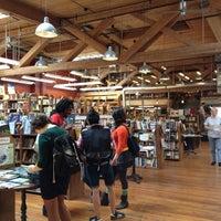 Foto tirada no(a) Elliott Bay Book Company por DermDoc J. em 6/24/2012