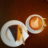 Foto tirada no(a) Café Leonar por moeffju em 6/17/2012