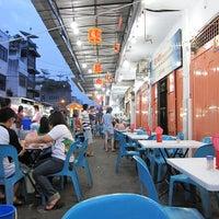 Photo taken at Semarang Food Center (Medan Chinatown) by Fandra N. on 4/25/2012