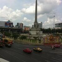 Photo taken at BMTA Bus Stop เกาะพหลโยธิน (Ko Phahon Yothin) by Itti I. on 4/14/2012