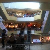 Foto tomada en Queens Center Mall por Michael S. el 3/13/2012