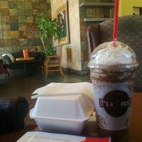 Снимок сделан в It's A Grind Coffee House пользователем sheila m. 7/29/2012