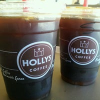 Photo taken at HOLLYS COFFEE by 우성 정. on 4/30/2012