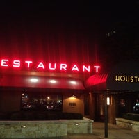 Снимок сделан в Houston's Restaurant пользователем Melissa L. 5/20/2012