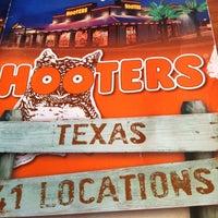 Foto tirada no(a) Hooters por Nathan V. em 3/31/2012