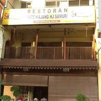 Photo taken at Sate Kajang Haji Samuri by Hadi A. on 4/22/2012
