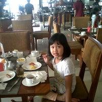Photo taken at Ren de vu resturant Marbella suites Bandung by Tiway Teddy on 8/24/2012