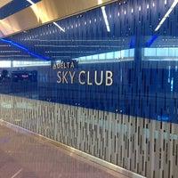 Foto tomada en Delta Sky Club por Elizabeth S. el 8/8/2012