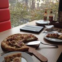 2/26/2012 tarihinde Binh N.ziyaretçi tarafından Mr Pizza'de çekilen fotoğraf
