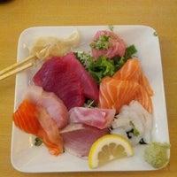 Foto tomada en Tomoe Sushi por Nina Z. el 9/7/2012