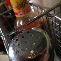 Foto tomada en Bridges Cafe & Catering por Kyle Y. el 5/28/2012