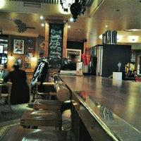 Das Foto wurde bei Yours Australian Bar von Vitaly R. am 2/13/2012 aufgenommen