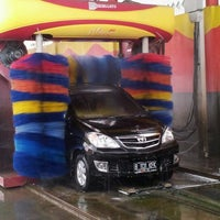 Photo taken at Car Wash 86 Perjuangan by Deddi B. on 2/11/2012
