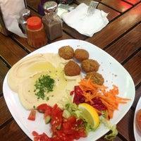 7/16/2012 tarihinde Talyaziyaretçi tarafından Falafel House'de çekilen fotoğraf