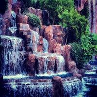 Foto tirada no(a) Wynn Waterfall por Paul G. em 2/14/2012
