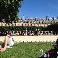 7/22/2012 tarihinde Gabi M.ziyaretçi tarafından Place des Vosges'de çekilen fotoğraf