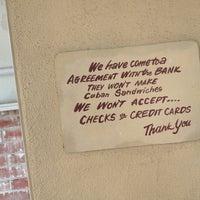 Foto tomada en Cuban Sandwiches To Go por Mark H. el 8/7/2012