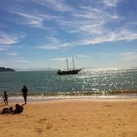 Foto tirada no(a) Praia da Tartaruga por Fe R. em 7/7/2012