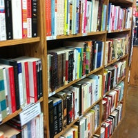 Photo prise au Half Price Books par Irene B. le3/14/2012